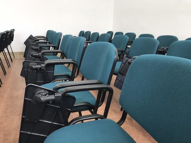 Krzesła w sali na konferencje