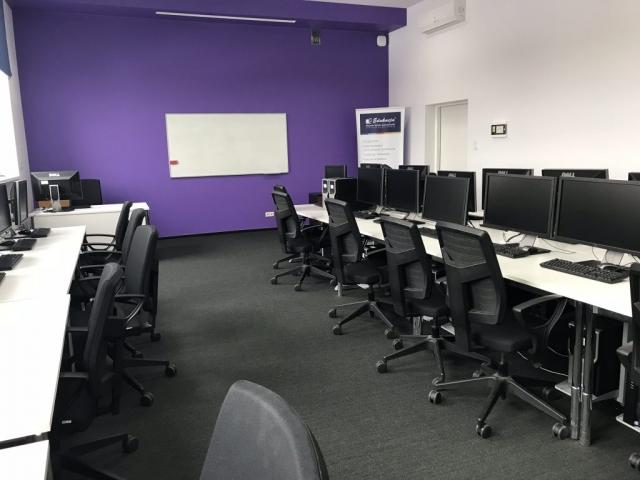 Fioletowa sala z komputerami na wynajem