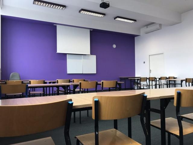 Fioletowa sala szkoleniowa